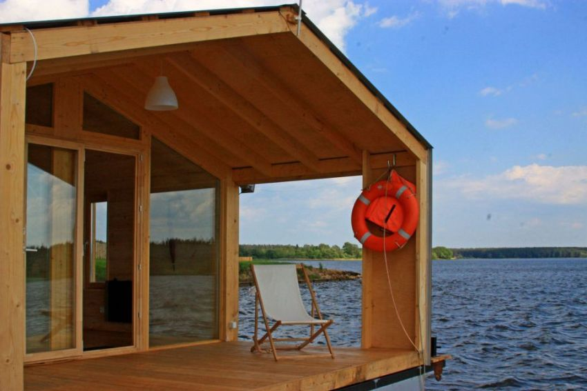 The floating modular home in Russia