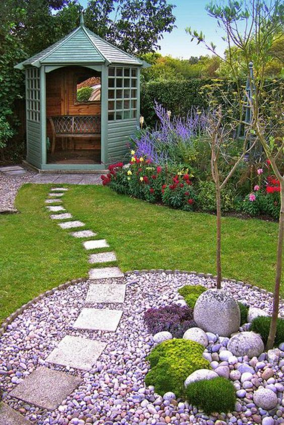 gradini amenajate cu gazon si flori Flower and lawn landscaping ideas 9